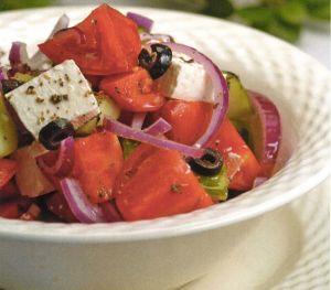 Soslu Akdeniz Salatası