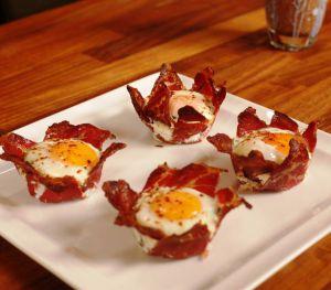 Muffin Kabında Pastırmalı Yumurta