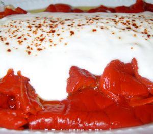 Yoğurlu Kırmızı Biber Salatası